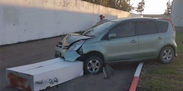 В Краснодаре женщина на АЗС перепутала педали и протаранила машину и колонку