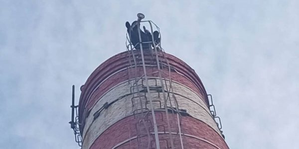 В Новороссийске мужчина с рупором залез на трубу котельной высотой 25 м