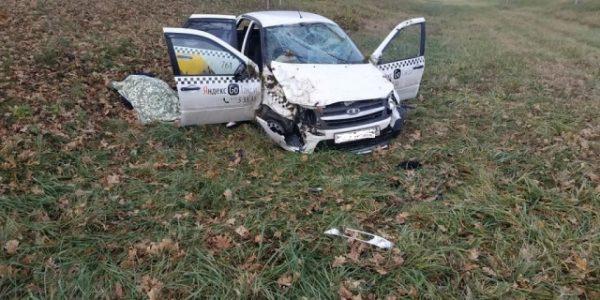 На Кубани автомобиль такси вылетел с дороги и опрокинулся, водитель погиб