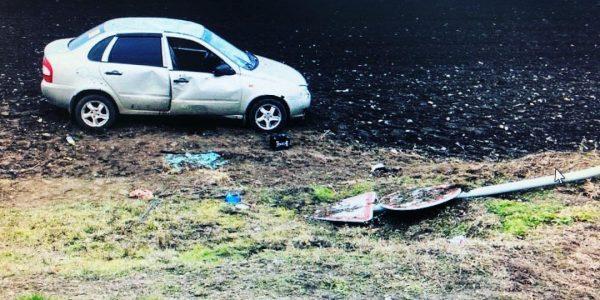 На Кубани женщина на «Калине» влетела в стойку с дорожными знаками и погибла