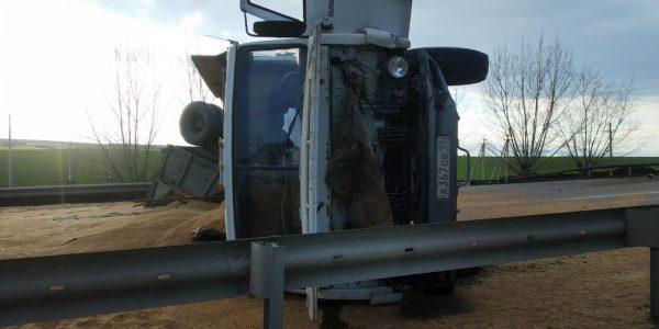 Под Крымском при ДТП перевернулся грузовик и засыпал дорогу зерном