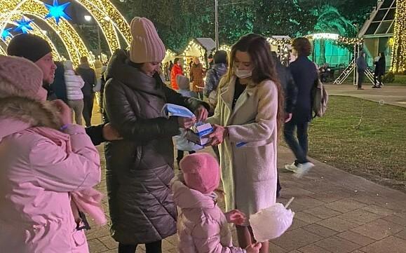 В Сочи в новогоднюю ночь волонтеры раздали жителям 1 тыс. медицинских масок
