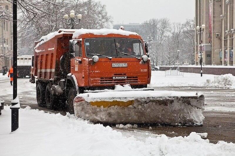 На Кубани на расчистку дорог направили более 300 снегоуборочных машин