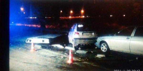 Под Анапой в ДТП из-за упавших с грузовика бетонных плит пострадала женщина