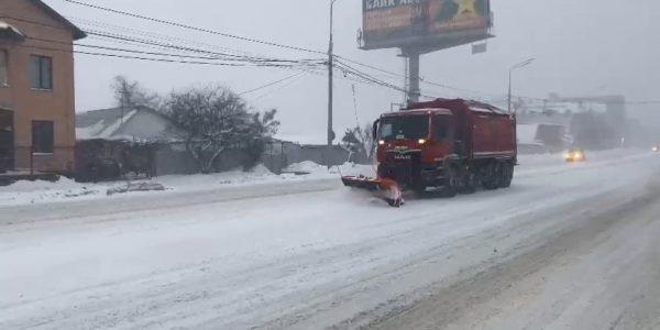 В Краснодаре к расчистке дорог от снега привлекли 595 человек и 81 спецмашину