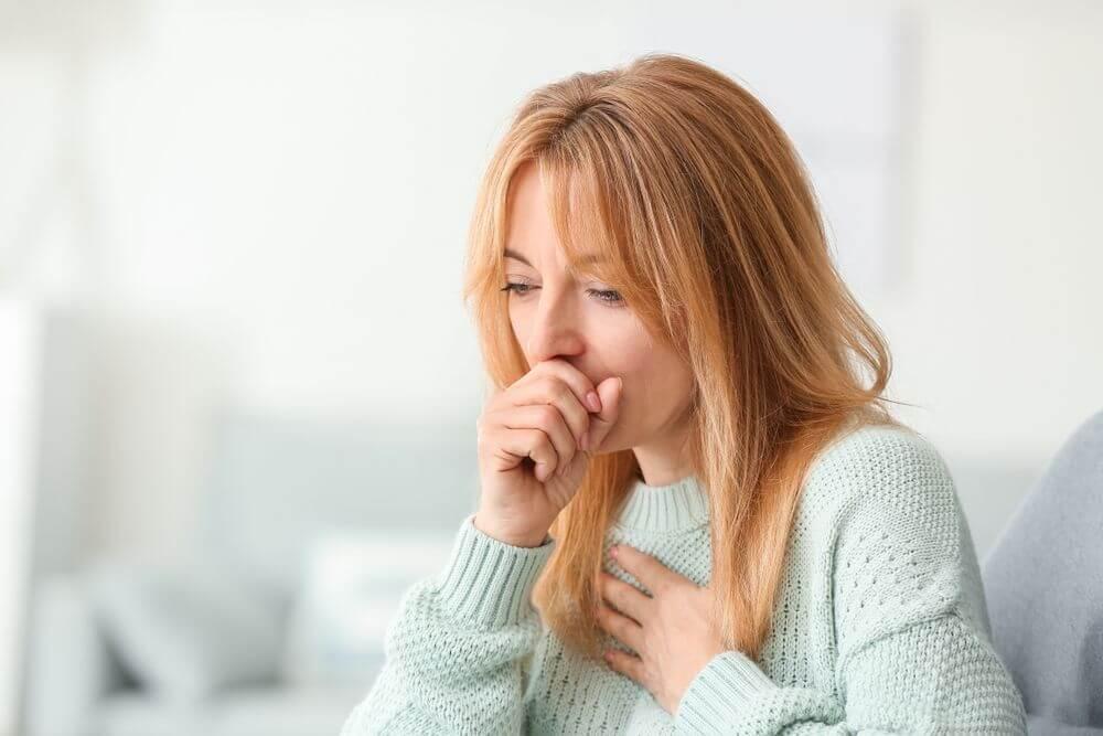 Врач указал на различия в кашлях курильщика и больного коронавирусом