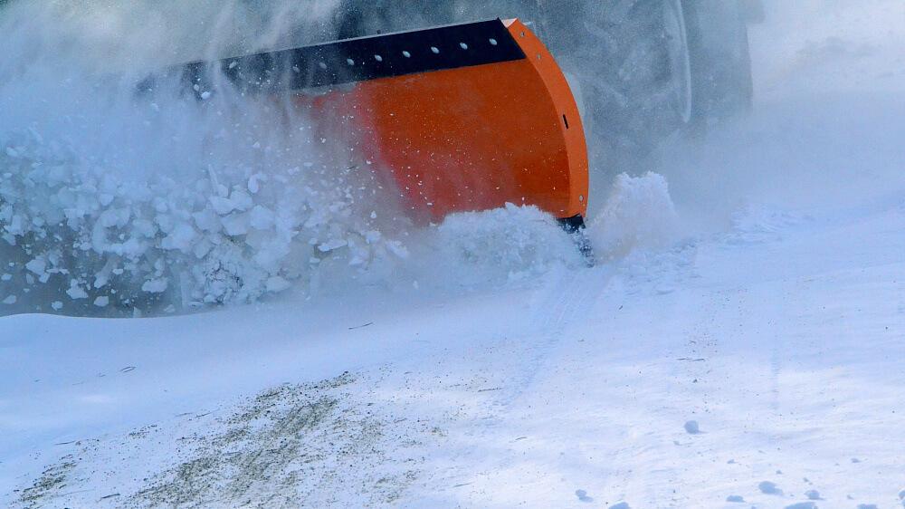 Снег на дорогах Кубани убирают более 3,5 тыс. спецмашин