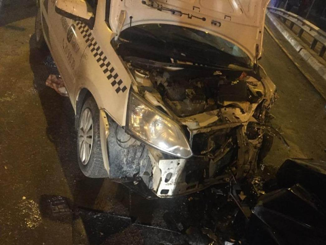 В Армавире таксист на мосту вылетел на встречку и протаранил два автомобиля