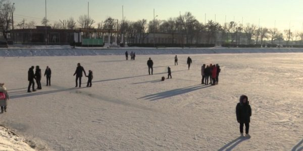 В Славянске-на-Кубани жители устроили каток на озере, несмотря на предупреждения