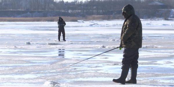 На Ейском лимане стартовал массовый подледный лов