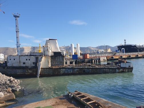 В морпорту Новороссийска неизвестные бросили на берегу ржавый корабль