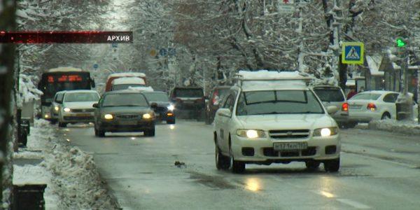 В ГИБДД напомнили краснодарцам об осторожности на заснеженных дорогах