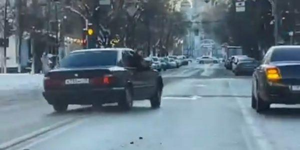 В Краснодаре на улице Красной водитель BMW устроил опасный дрифт