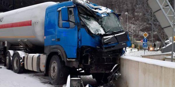 В Сочи бензовоз протаранил дорожные ограждения на федеральной трассе