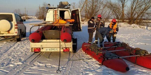 В Белореченском районе спасли двух застрявших в полынье лебедей