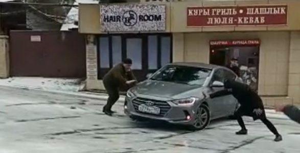 Сочи: неуправляемая фура, «поцелуи» на парковках и другие сюрпризы гололеда