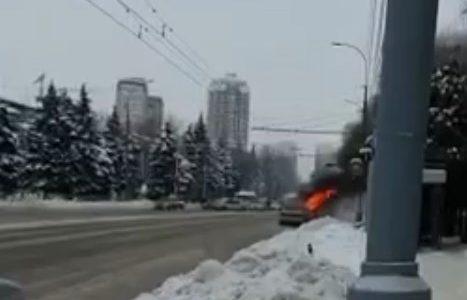 В Краснодаре на проезжей части сгорел автомобиль