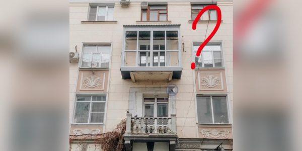 В Краснодаре хозяина обязали убрать пластиковый балкон с исторического здания