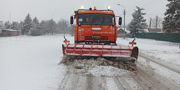 Последствия сильного снегопада на дорогах Кубани ликвидируют 235 единиц техники