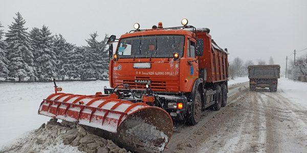 Дорожная техника расчищает трассы Кубани от снега в круглосуточном режиме