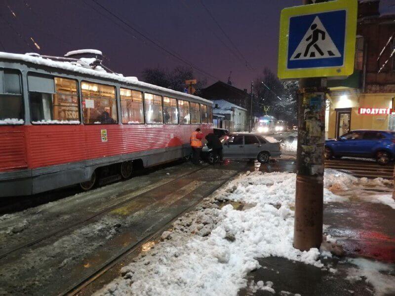 В центре Краснодара легковушка протаранила трамвай с пассажирами