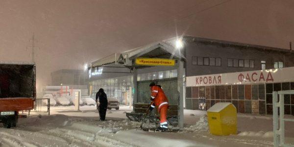 Дороги и тротуары Краснодара от снега расчищают 620 человек и 80 единиц техники
