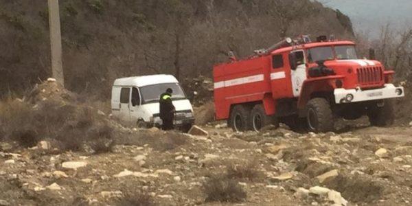 В горах Новороссийска застряла «газель» с семьей, ее вытащила пожарная машина