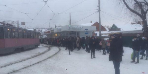 В Краснодаре на остановках для пересадки с трамвая № 0 скопились толпы людей