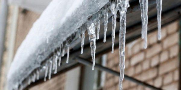 Мэрия Краснодара предупредила об опасности падающих с крыш сосулек и глыб снега