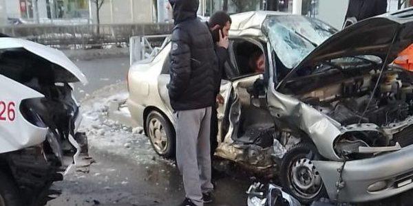 В Краснодаре иномарка протаранила маршрутку и сбила пешехода