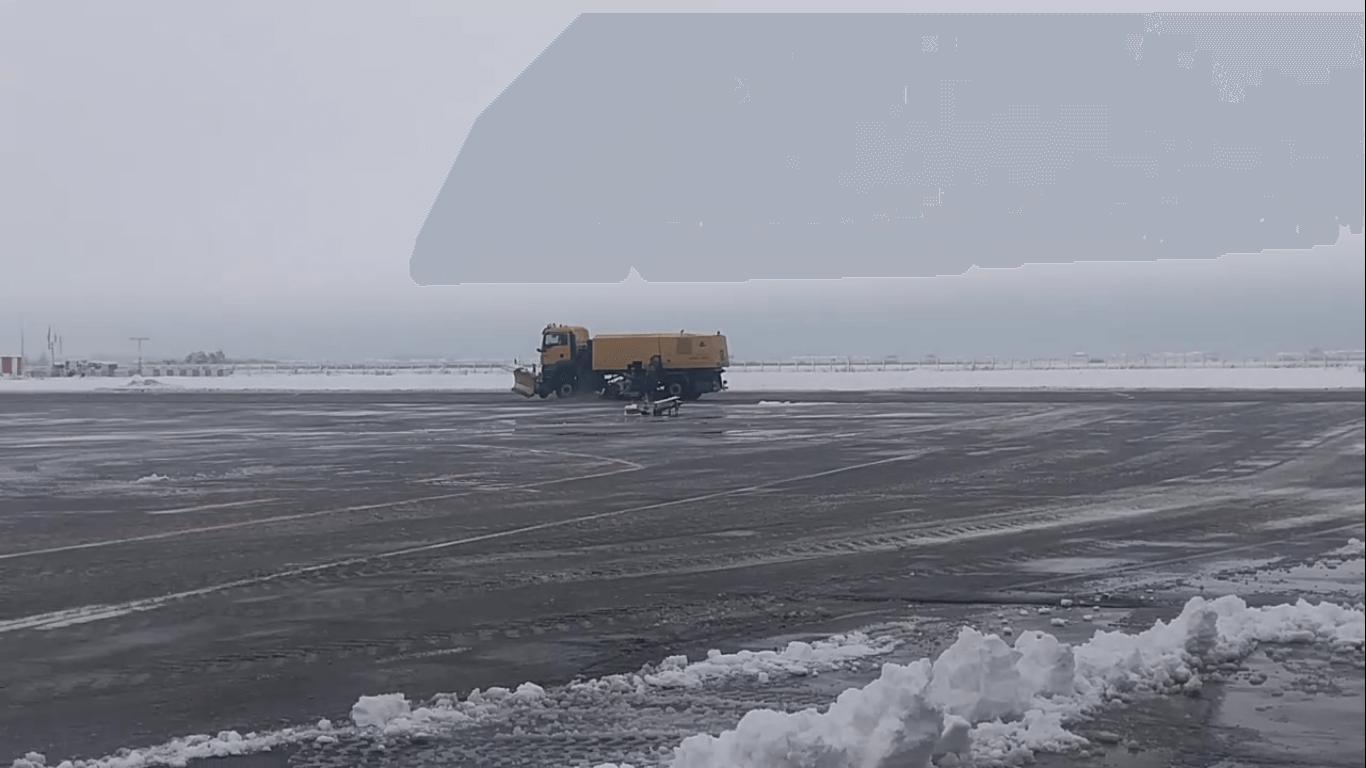 Аэропорт Краснодара перестал принимать рейсы из-за снегопада