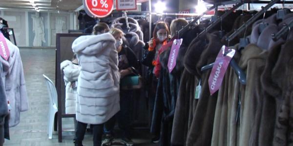 В краснодарском Доме книги открылась выставка-продажа шуб из натурального меха
