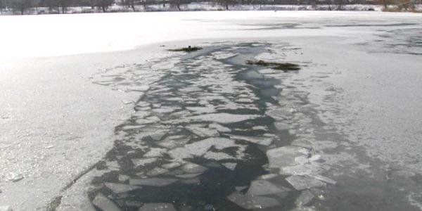 В Горячем Ключе на городском озере под лед провалились люди