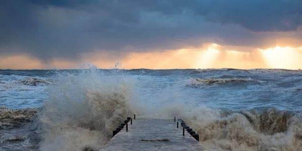 В Сочи из-за штормового предупреждения отменили крещенские купания