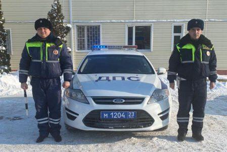 На Кубани полицейские помогли водителю грузовика, который увяз в снегу на трассе