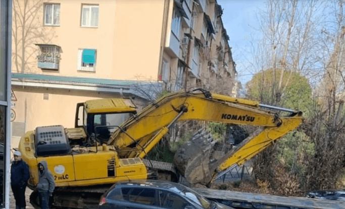 В Сочи экскаватор упал с трала грузовика и придавил машину