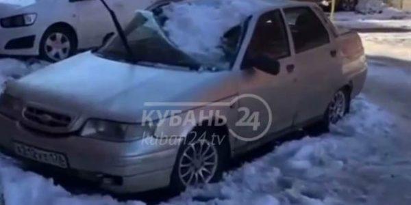 В Краснодаре упавший с дома снег проломил крыши и лобовые стекла автомобилей