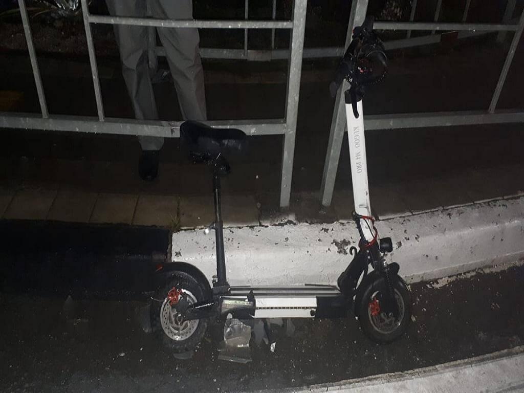 В Сочи девушка на электросамокате ехала по встречке и попала под колеса машины