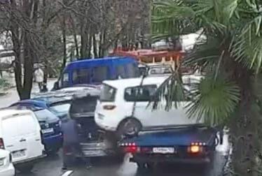 В Сочи с эвакуатора сорвалась машина и ударила припаркованный автомобиль