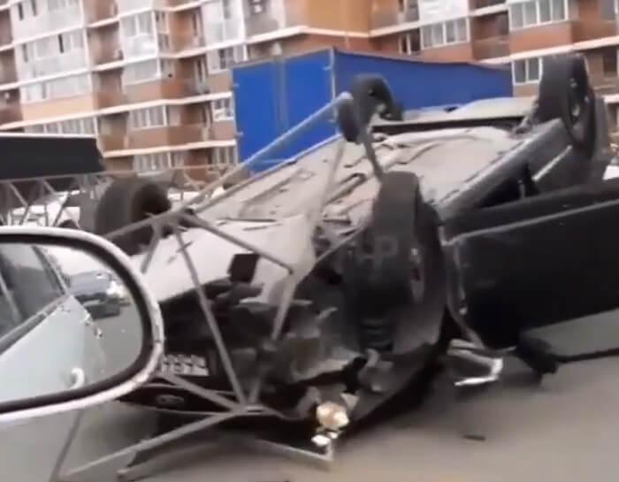 В Краснодаре в результате ДТП перевернулась машина, пострадали два человека