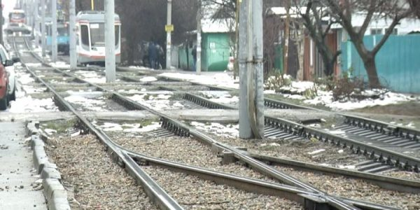 В Краснодаре фура на два часа застряла на трамвайных путях