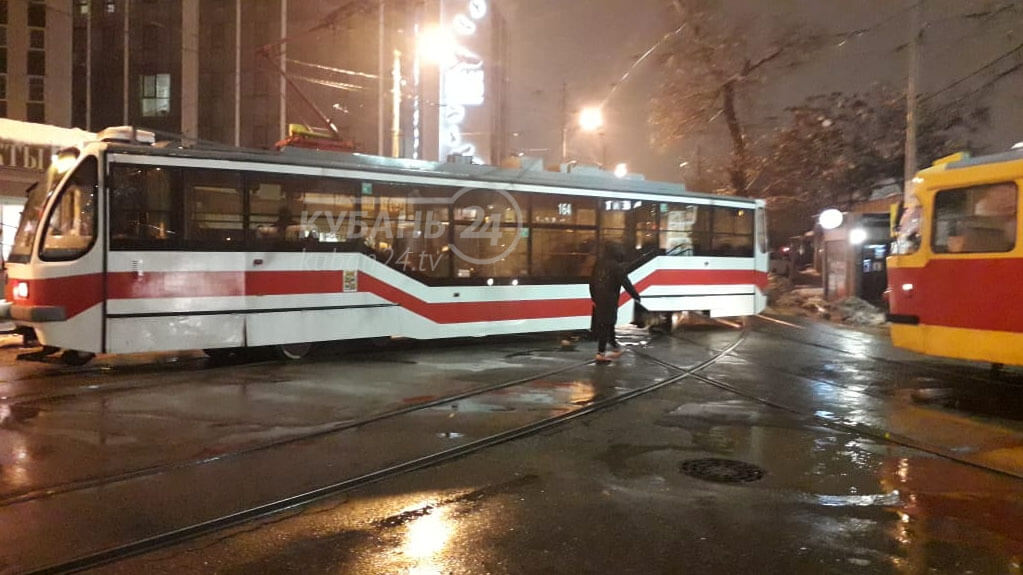 В Краснодаре с рельсов сошел трамвай