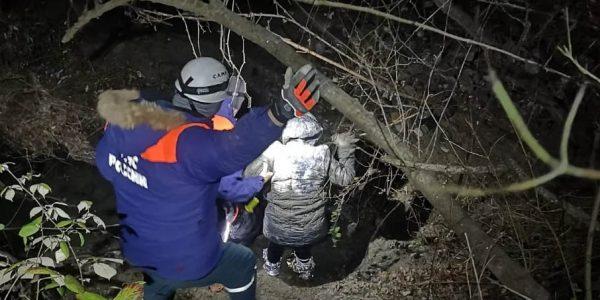 В Сочи женщина заблудилась в лесу у реки, ее нашли с помощью поисковых собак