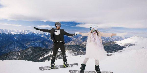 В горах Сочи сыграли свадьбу на сноубордах