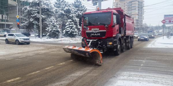 В Краснодаре за ночь от снега расчистили 220 участков дорог