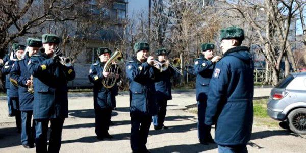 Новороссийские десантники поздравили ветерана с Днем защитника Отечества