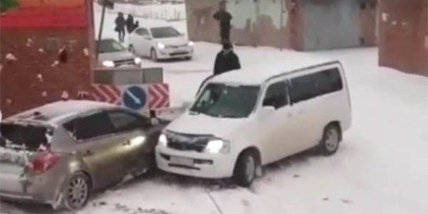 В Краснодаре три машины скатились с ледяной горки и получили повреждения. Видео