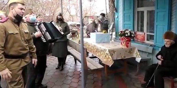 В Тимашевском районе ветерана поздравили со 100-летием народными песнями