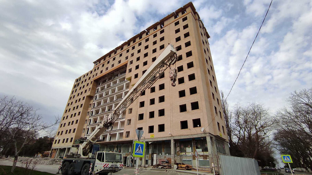 В Анапе начали сносить 12-этажный самострой на улице Таманской