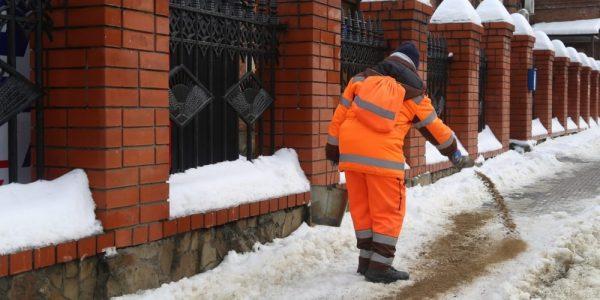 В Краснодаре за ночь расчистили и обработали 365 участков дорог